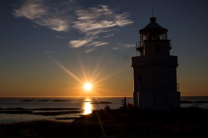 Sula fyr i Solnedgang på kysten